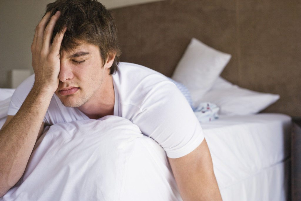 больной парень в кровате