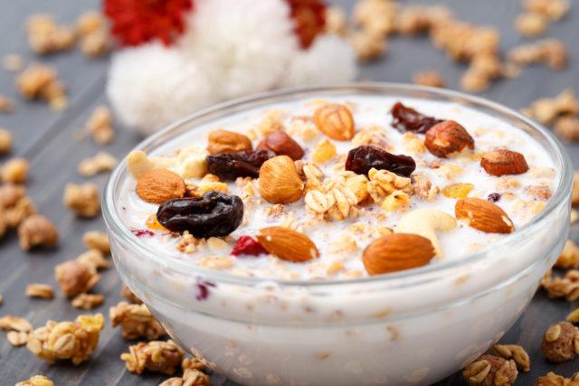 Среди продуктов, которые влияют на мужскую силу, выделяют стимулирующие свойства молока и изюма