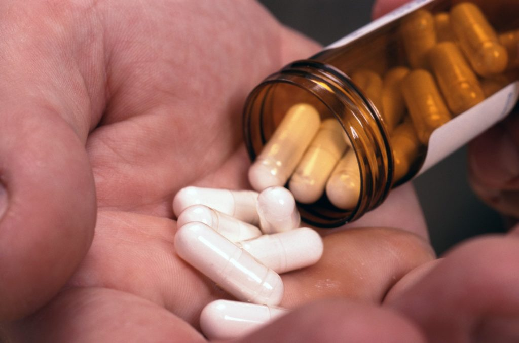 Особое внимание обращается на то, какая дозировка препарата должна быть. Зависит это от степени зараженности предстательной железы, а также переносимости организма компонента — амоксициллина