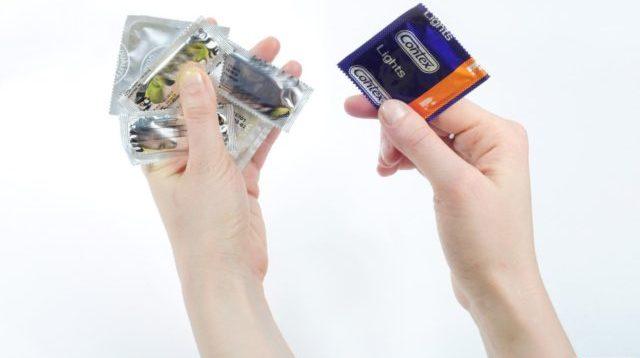 В редких случаях молодые люди сталкиваются с потерей эрекции во время надевания презерватива