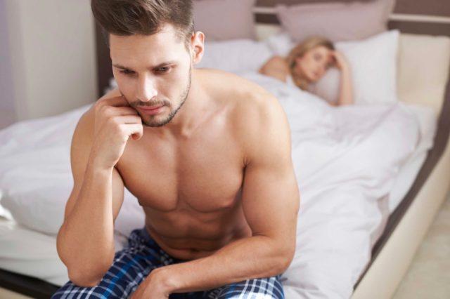 При снижении эрекции проявляются следующие симптомы: пот, дрожание рук, головные боли
