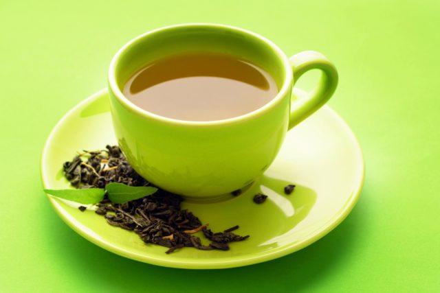 Зеленый чай предотвращает от заболеваний сердца, делает сосуды более прочными и эластичными, выводит из организма шлаки, помогает справиться с лучевой болезнью