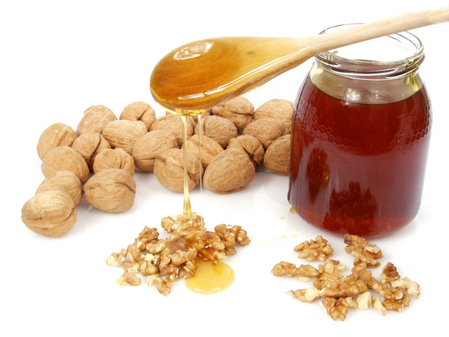Медово-ореховая смесь воздействует на процесс синтеза мужских половых гормонов